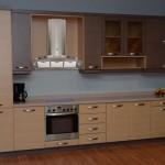 Κουζίνα από δρυς με οριζόντια νερα και συνδυασμό χρωμάτων
