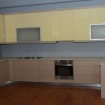 Κουζίνα με λάκα γυαλιστερή , κάτω πορτάκι τύπου βαγγελίτη με ανάγλυφη επιφάνεια